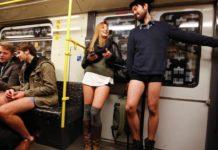 Kilka osób w metrze bez spodni