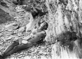 Mężczyzna na plaży, czarno białe zdjęcie