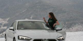 Dziewczyna stojąca przy białym samochodzie