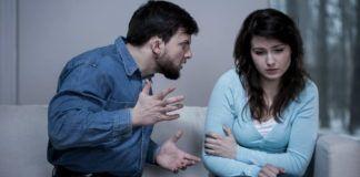 Meżczyzna krzyczący na wystraszoną kobietę