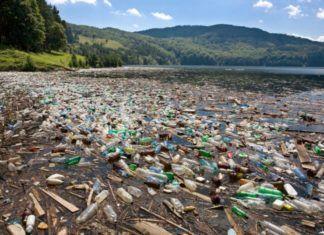 Plaża wypełniona plastikowymi śmieciami