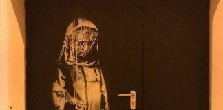 Mural przedstawiający postać ze spusczoną głową