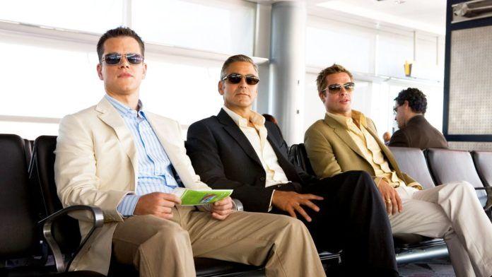 Męzczyzni w okularach siedzacy na krzeslach