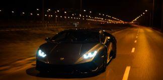 Lamborghini jadące po trasie szybkiego ruchu