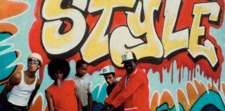 Czwórka czarnoskórych ludzi na tle graffiti