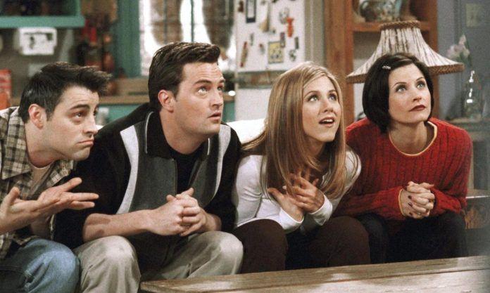 Dwie dziewczyny i dwóch chłopaków siedzących na kanapie
