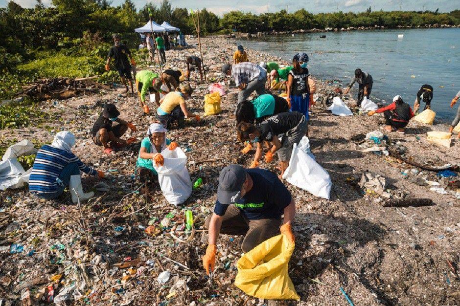 Ludzie zbierający śmieci