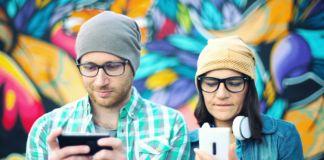 Para z telefonami w ręku
