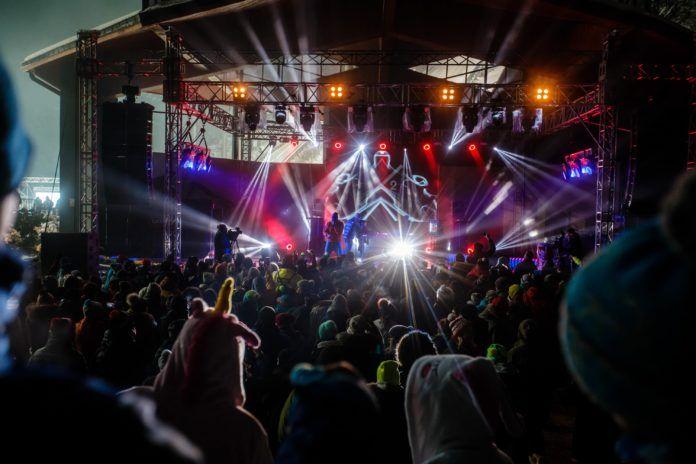 Sceneria festiwalowa z ogromną publiką pod sceną