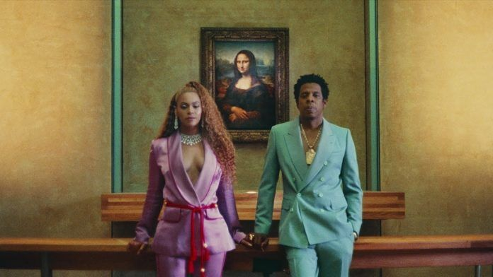 Kobieta i mężczyzna na tle obrazu Mona Lisa
