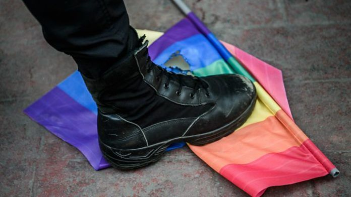 But depczący flagę LGBT