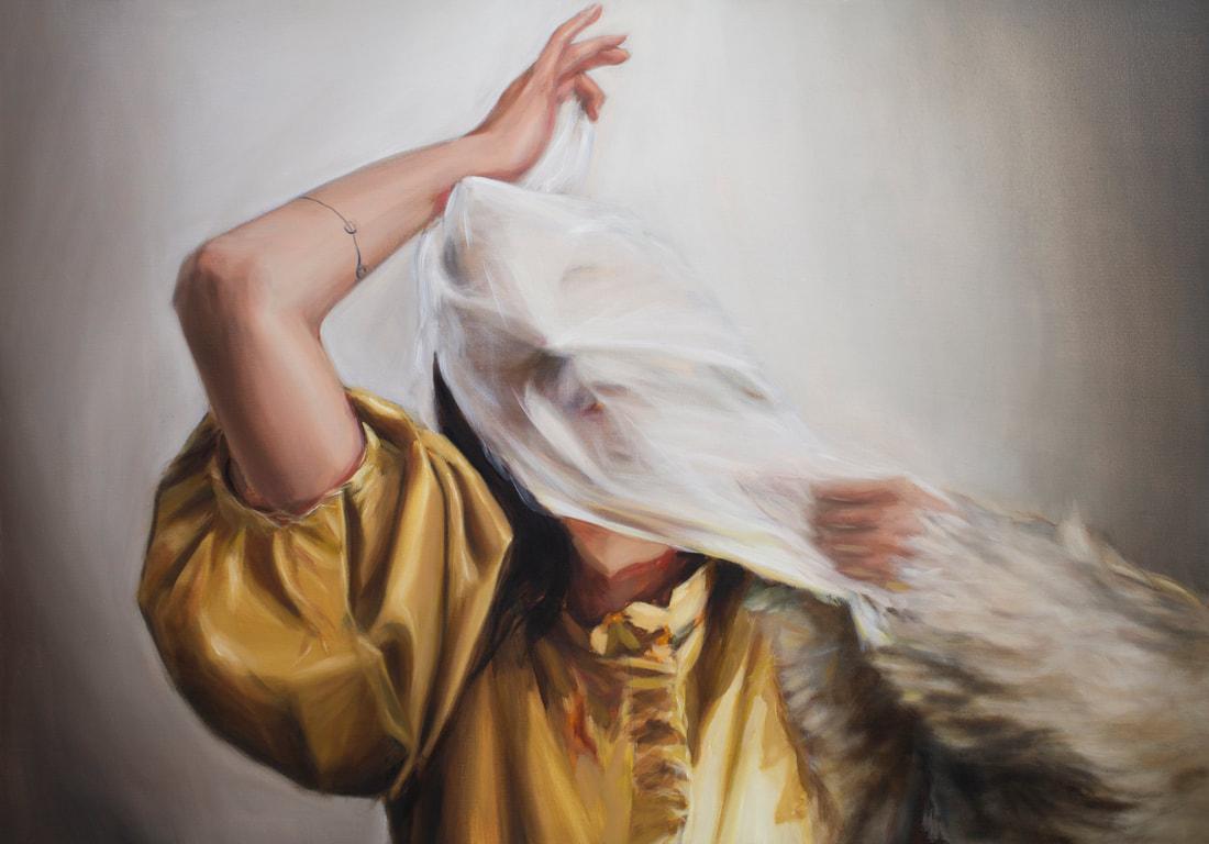 Obraz przedstawia mloda kobiete walczaca z chusta na twarzy