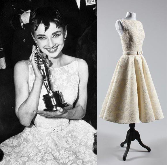 Uśmiechnięta dziewczyna z Oscarem, a obok sukienka na manekinie