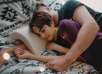 Przytulająca się para na łóżku