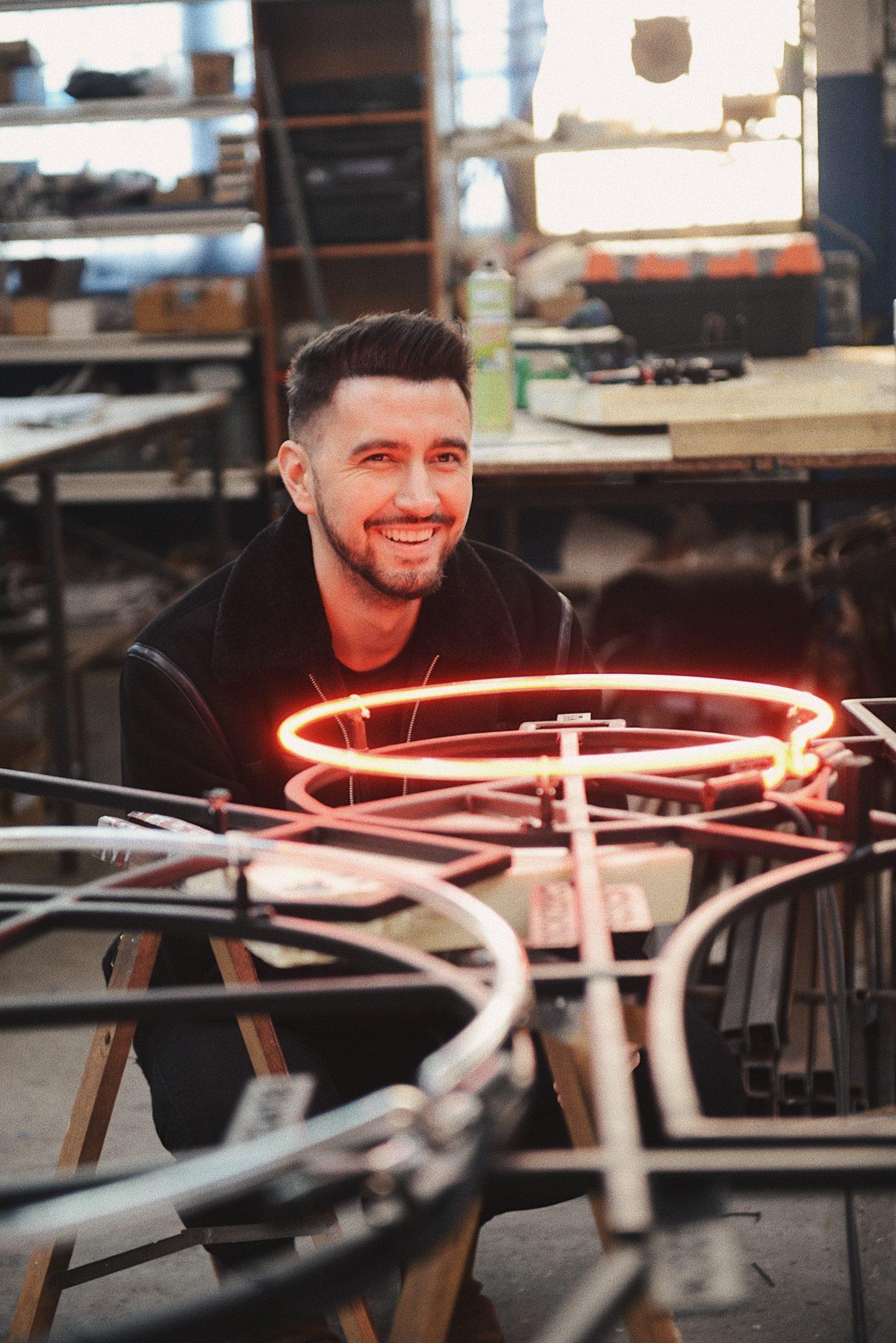 Mężczyzna tworzący neon