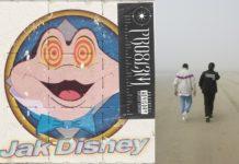 Okładka singla PRO8l3M i dwóch mężczyzn idących tyłem do kamery