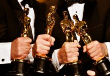 Cztery dłonie trzymające Oscary