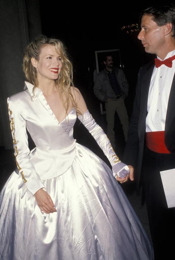 Blondynka w jasnej sukni