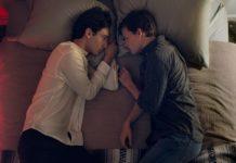 Dwóch chłopaków leżących na łóżku