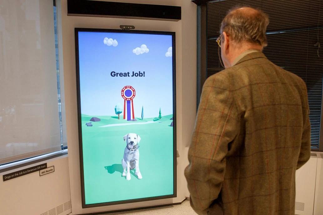 Mężczyzna stojący przy interaktywnym kiosku