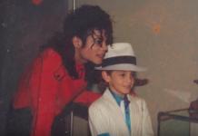 Mężczyzna stojący z małym chłopcem