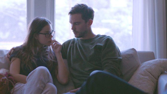 Para siedząca na kanapie oglądająca filmy i seriale o seksie na Netflixie