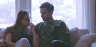 Para siedząca na kanapie