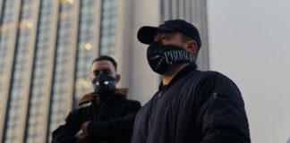 Dwóch mężczyzn z maskami na ustach