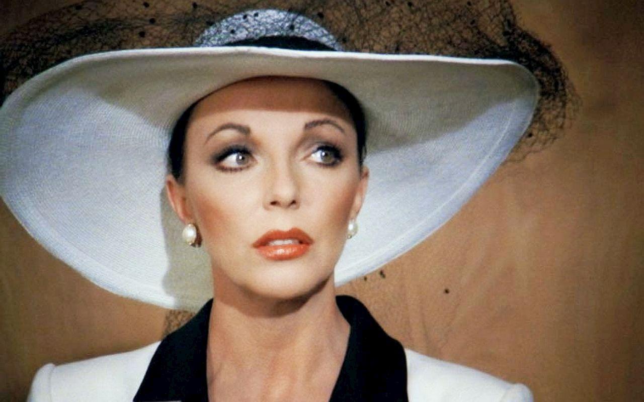 Na zdjeciu portret kobiety ubranej w bialy kapelusz z czarna woalka patrzacej w dal