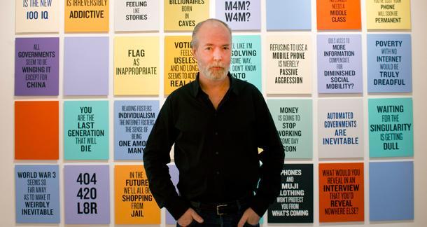 Portret podeszlego wieku na tle kolorowych kartek