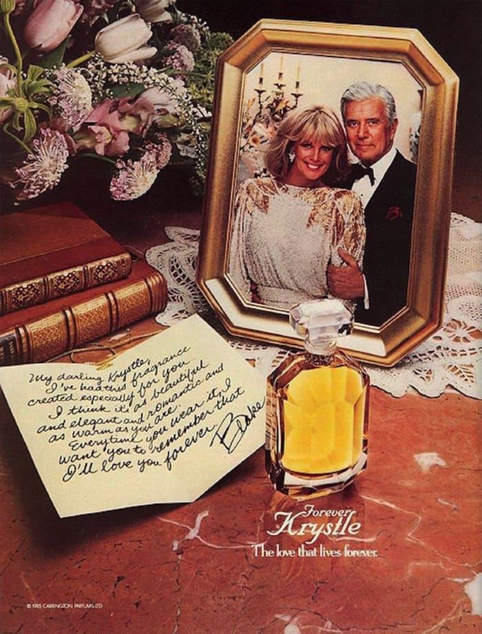 Na zdjeciu widzimy stolik nocny na ktorym jest buteleczka perfum ksiazki kwiay list oraz zdjecie zakochanej pary