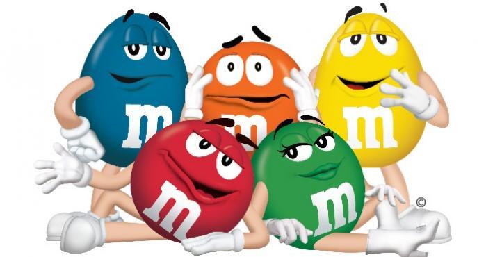 piec kolorowych cukierkowych postac M&Ms na bialym tle
