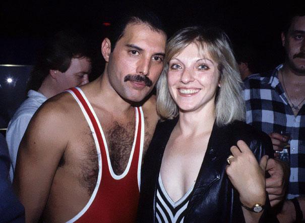 Mężczyzna w stroju kąpielowym i elegancko ubrana kobieta