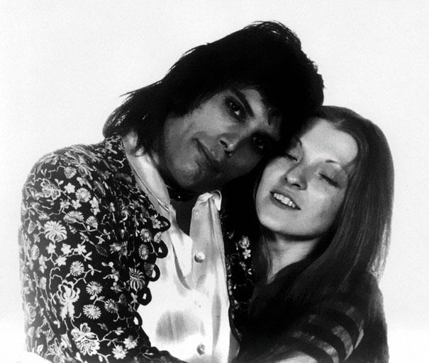 Czarno-białe zdjęcie przytulającej się kobiety i mężczyzny
