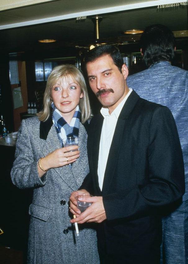 Kobieta i mężczyzna stojący z kieliszkami