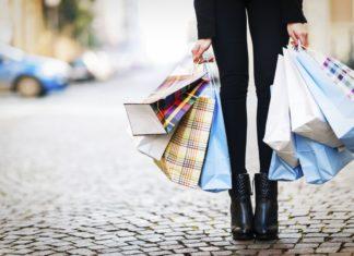 Dziewczyna trzymająca zakupy