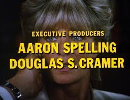 Na zdjeciu widzimy kadr z filmu przerazona blondynka patrzy w przestrzen jakis mezczyzna obejmuje jej twarz dlonia