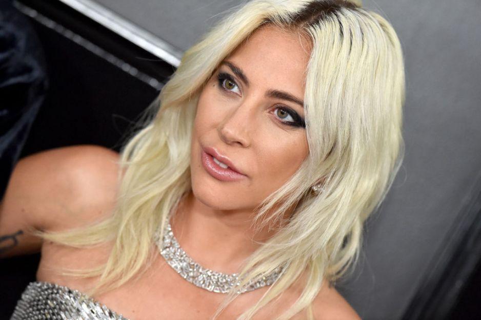 Portret blondynki na tle scianki