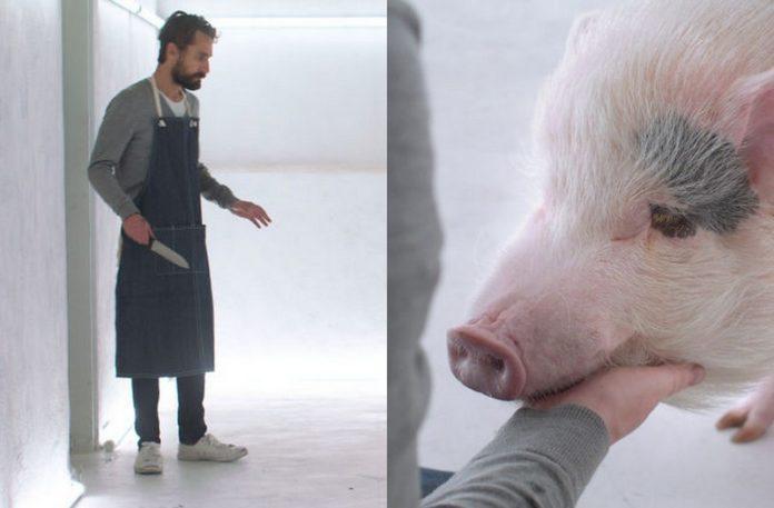 Mężczyzna z nożem, a obok świnka z pyskiem opartym na dłoni