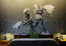 Mural na ścianie przedstawiający bitwę na poduszki