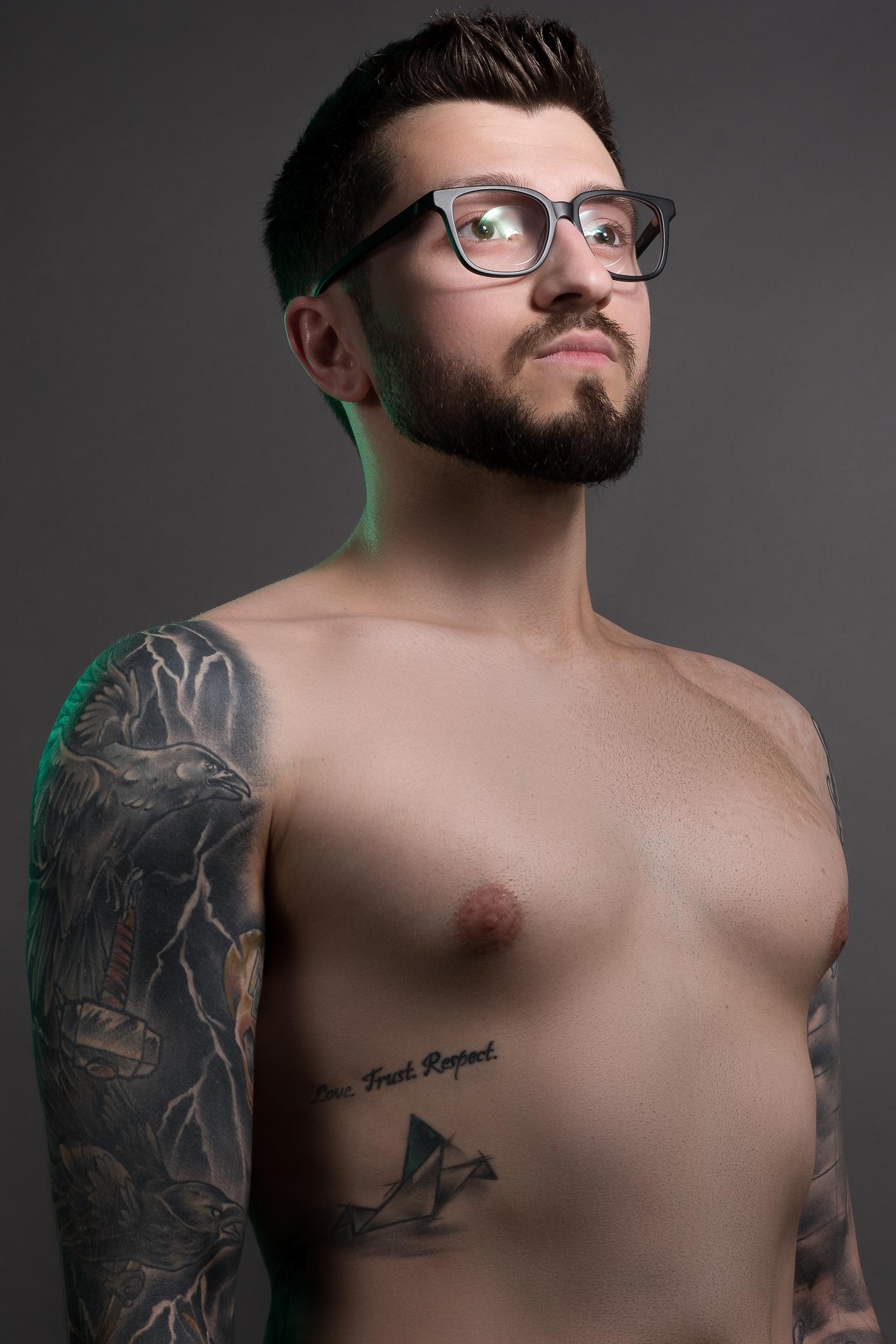 Mężczyzna bez koszulki z wytatuowanym ciałem