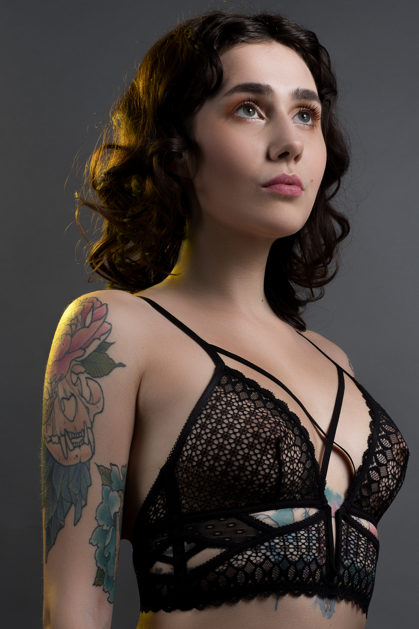 Kobieta w bieliźnie z wytatuowanym ciałem