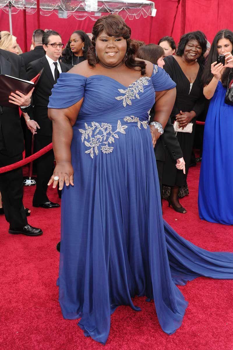 Grubsza kobieta w niebieskiej eleganckiej sukni