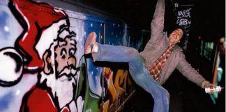 Mężczyzna w powietrzu z puszką graffiti