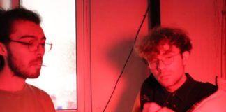 czerwone zdjęcie dwóch mlodych mezczyzn