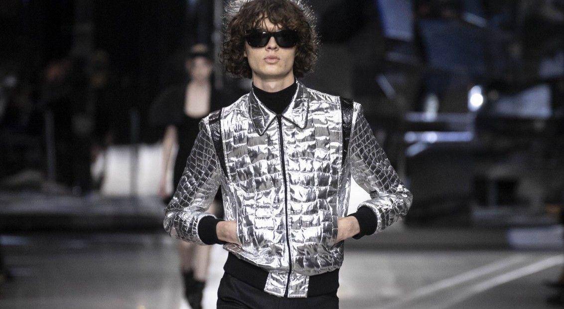 Model ubrany w srebrną kurtkę i czarne okulary