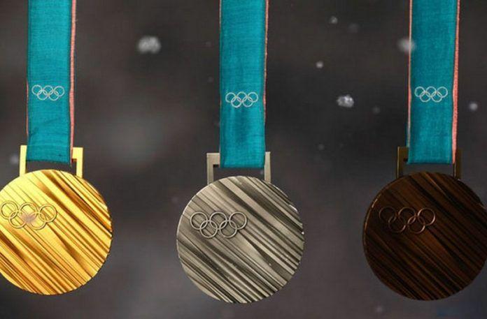Trzy medale obok siebie: złoty, srebrny i brązowy