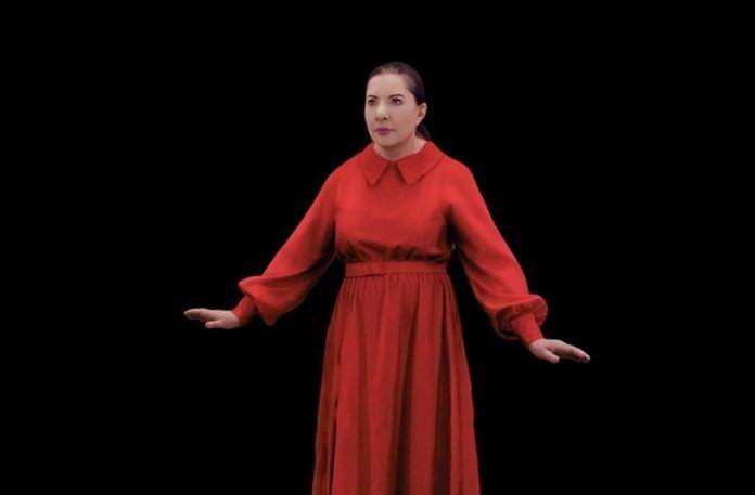 Kobieta w czerwonej sukience na czarnym tle