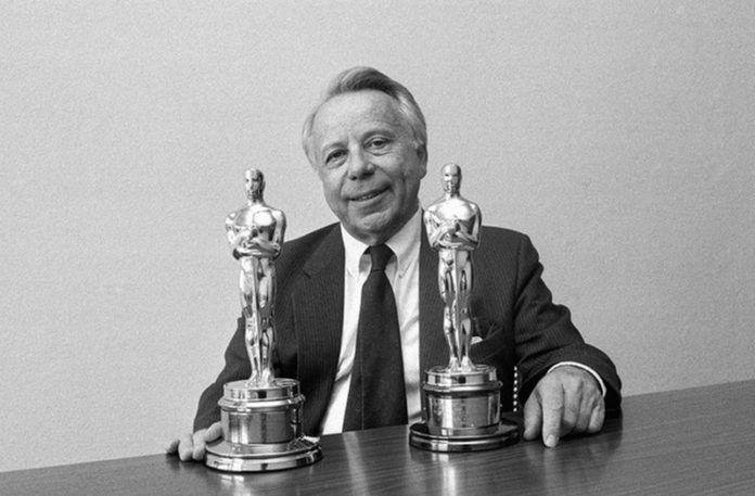Mężczyzna z dwoma statuetkami Oscara