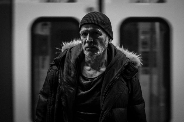 Czarno-białe zdjęcie mężczyzny w metrze
